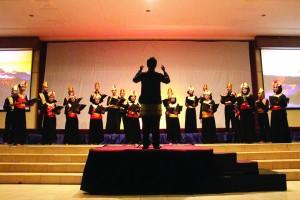 SSC sedang menyanyi di atas panggung