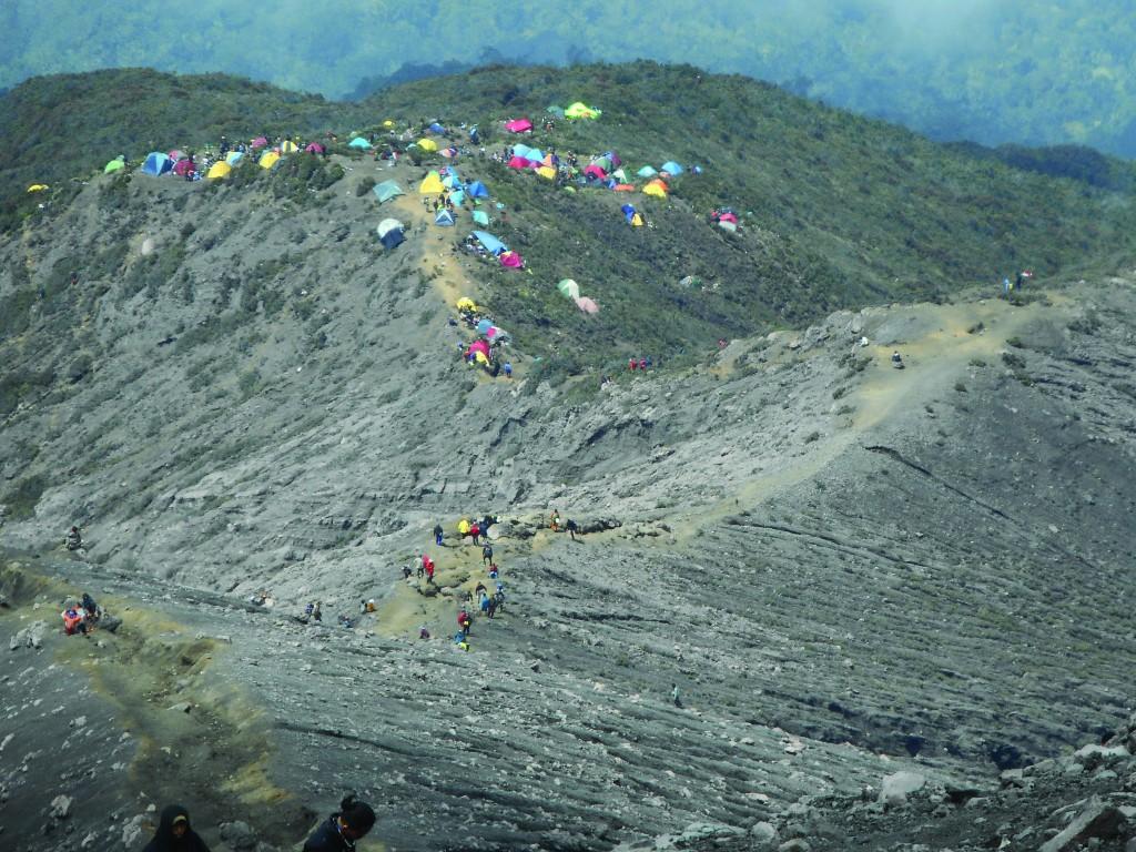 Shelter 3, basecamp terakhir menuju puncak dilihat dari punggung Gunung Kerinci.