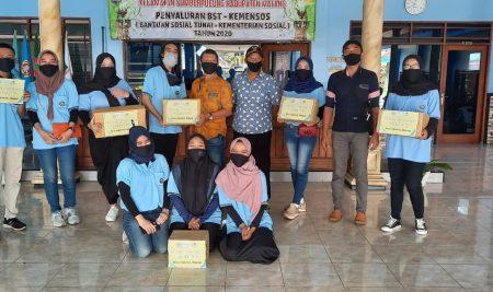 Sambut New Normal, Mahasiswa KKN Desa Ngebruk Malang Bagikan 1000 Masker