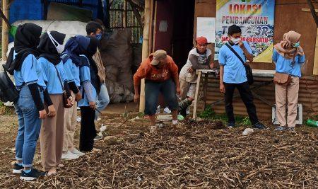 Sinergi Mahasiswa KKN UM Bersama Desa, Olah Sampah Menjadi Kompos