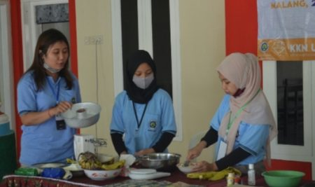 Kreatif: KKN UM 2020 Desa Gunungronggo Berikan Pelatihan Pembuatan Kue